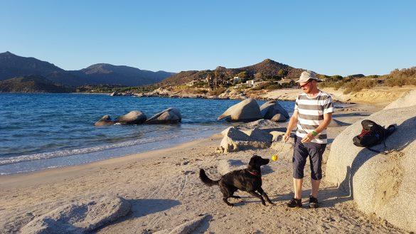 Spielen mit Hund am Strand