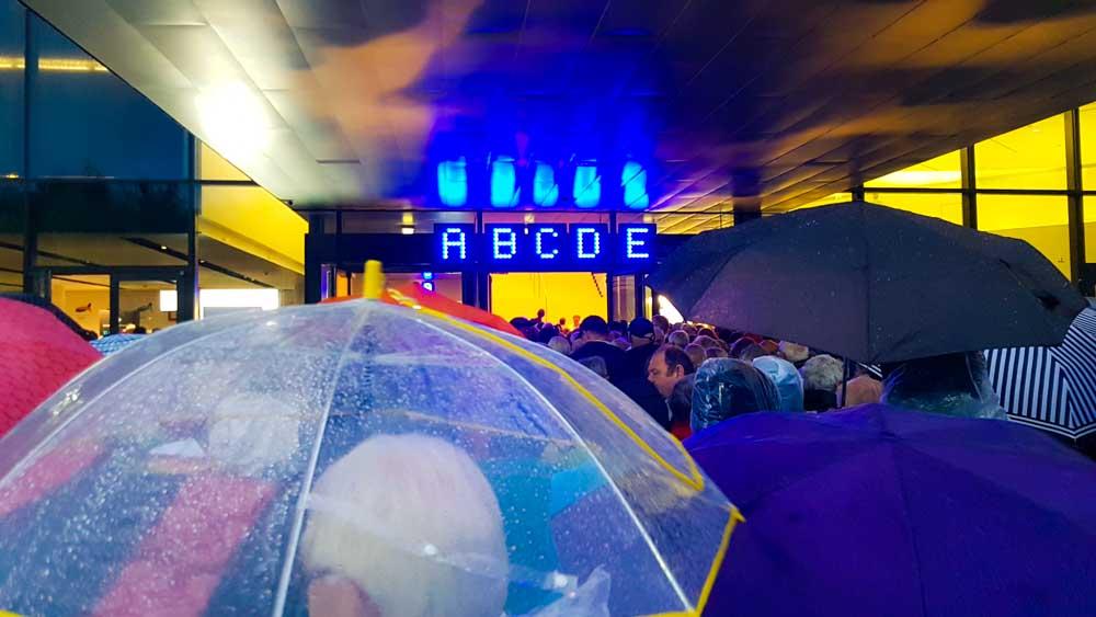 eingangsbereich Bregenz Rigoletto bei Regen