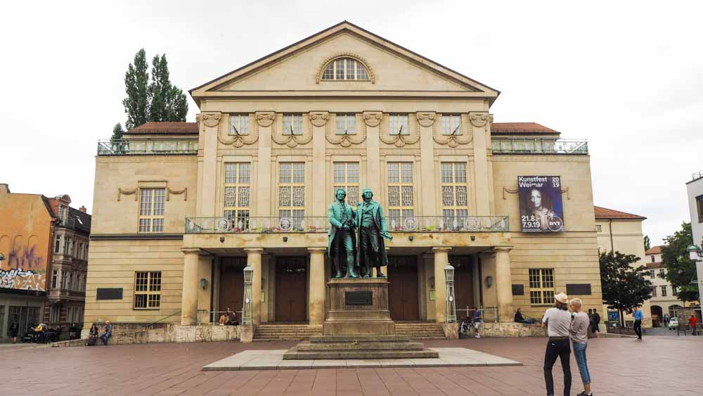 Nationaltheater in Weimar mit Goethe und Schiller