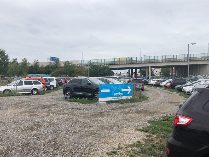 Ein einfacher schotter parkplatz in Schwechat