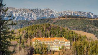 kurhaus semmering mit schneeberg nahaufnahme