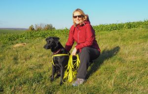 Frau mit Hund wiederunterwegs im Weinviertel