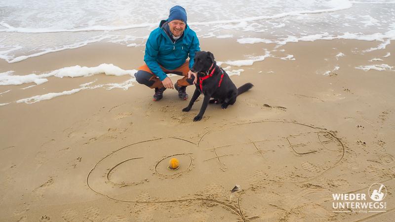 Am Strand von Julianadorp mit Hund im Sand