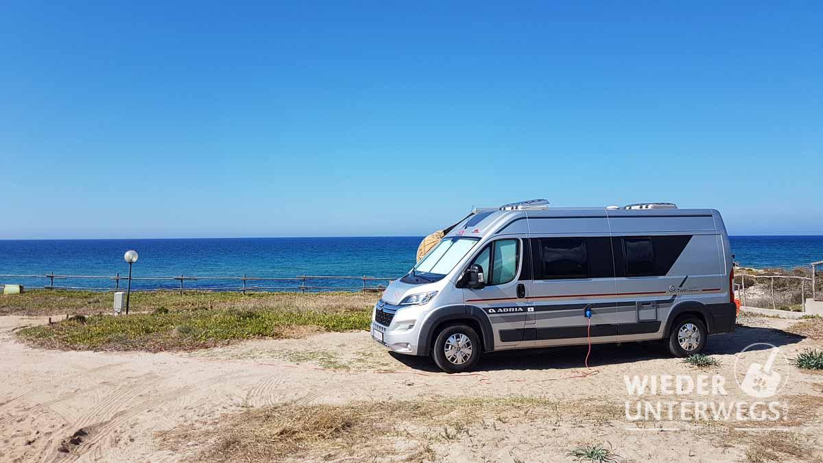 Campingplätze Sardinien gemieteter Kastenwagen am Strand
