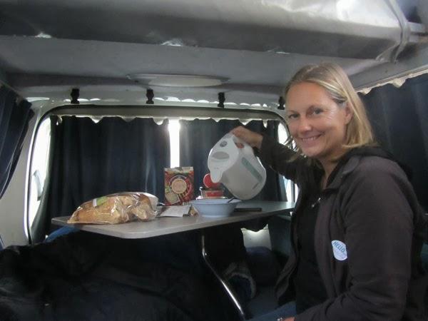 campervan frau frühstück australien