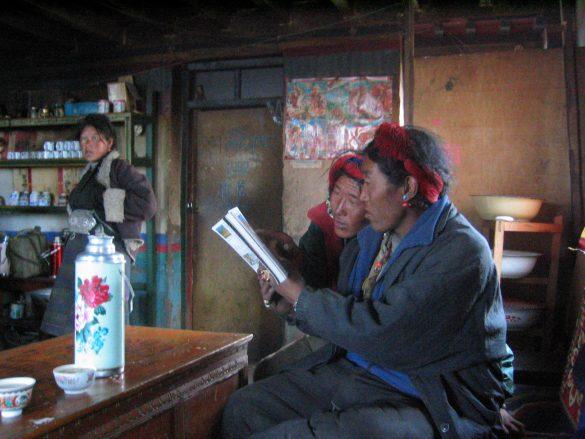 Tibeter lesen meinen Reiseführer