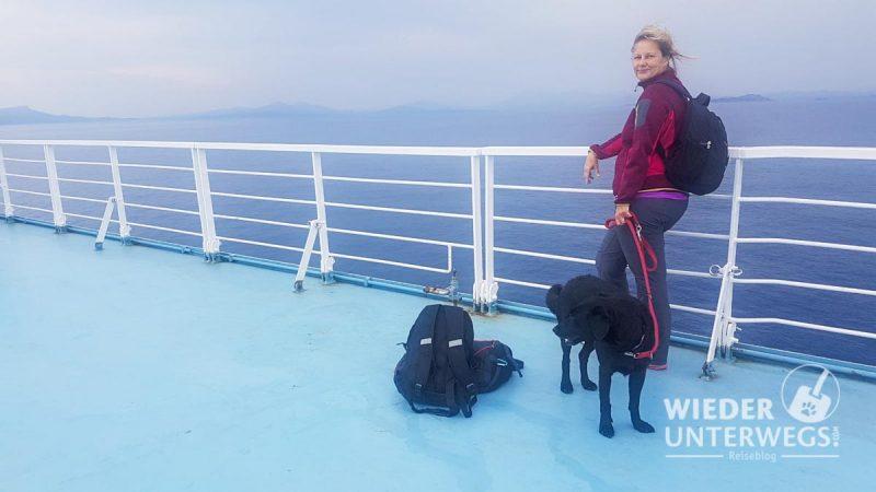 Auf der Fähre nach Sardinien an deck mit Hund